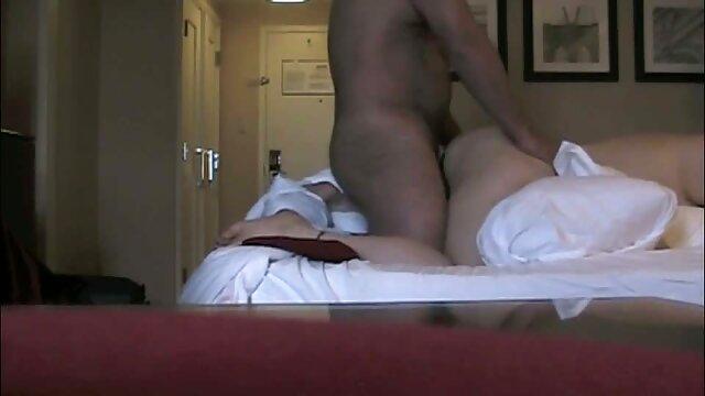 شخص عکس های سکسی از الکسیس دوست دختر داغ خود را برای رابطه جنسی مقعدی آماده می کند