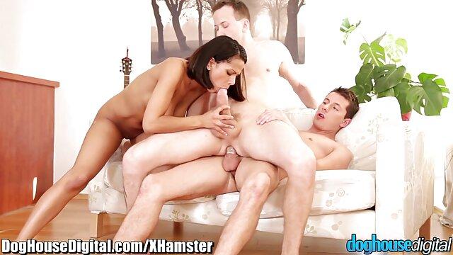 آنا تیلور ، نوجوان کوچک و سکسی روی مبل لعنتی می اولین فیلم سکس الکسیس شود
