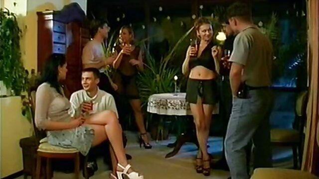 نوجوانان سیاه پوست لغزنده اولین فیلم سکس الکسیس پا را ماساژ می دهند